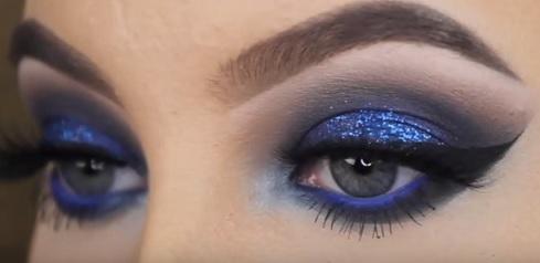Zkuste modré kouřové líčení kolem očí