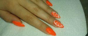 Oranžové nehty určitě zaujmou.