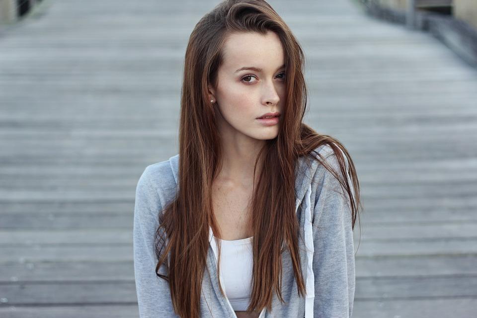 Jak vybrat krepovačku na vlasy, aby sis nepoškodila svou hřívu?