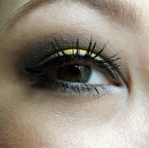 žlutě nalíčené oči
