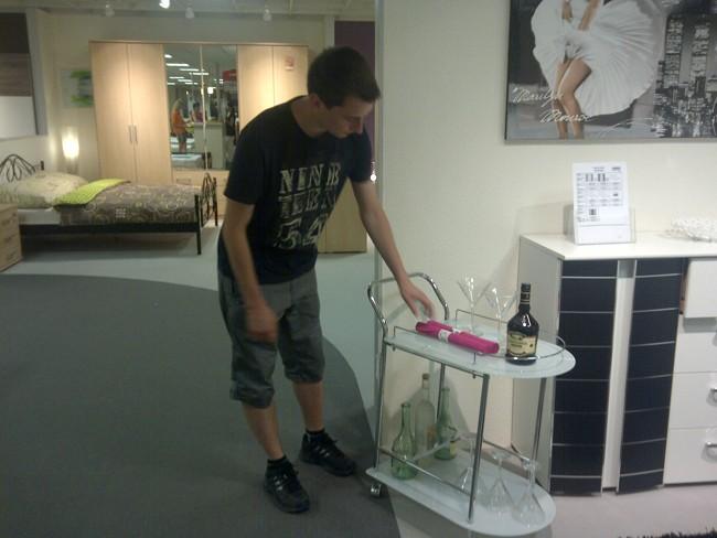 """Tomáš: """"Na tomhle vozíku by se dobře vozilo šampaňský a jahody!:D"""""""